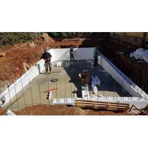 Proceso de construcción de una piscina con bloques