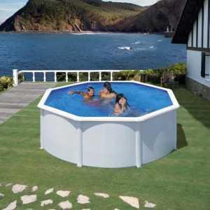 Simulación de una piscina en un jardín