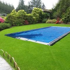 Cobertor sin anclajes colocado en la piscina